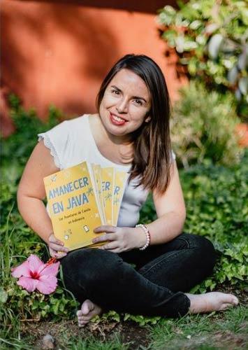 Carolina Carvacho con su libro Amanecer en Java