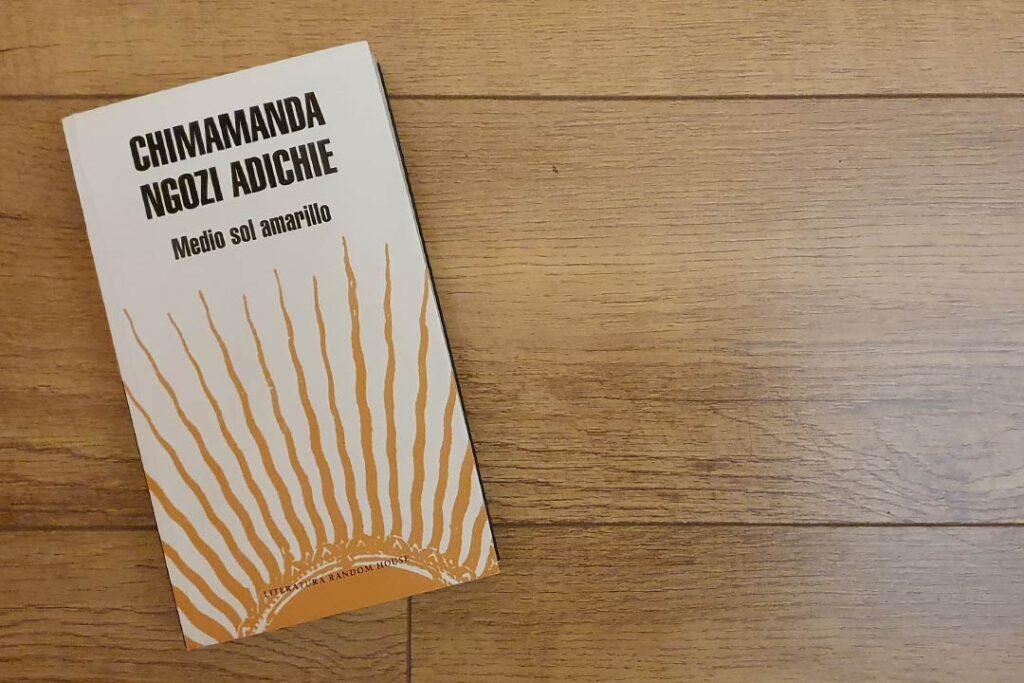 Por qué tienes que leer Medio Sol Amarillo de Chimamanda Adichie